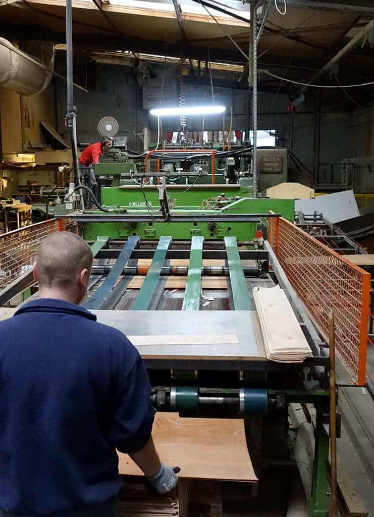 Entreprise Martin : ligne de déroulage pour la fabrication du bois moulé multiplis.